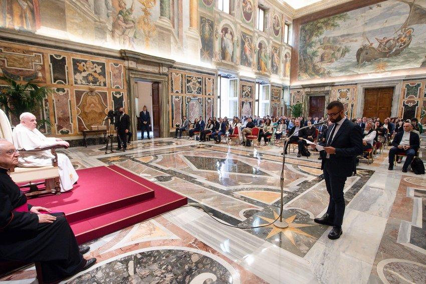 """El papa Francisco participa en una audiencia con representantes de """"Progetto Policoro"""", una iniciativa de empleo de la conferencia de obispos italianos, en el Vaticano el 5 de junio de 2021. La iniciativa ayuda a los jóvenes, principalmente en el sur de Italia, a encontrar trabajo."""