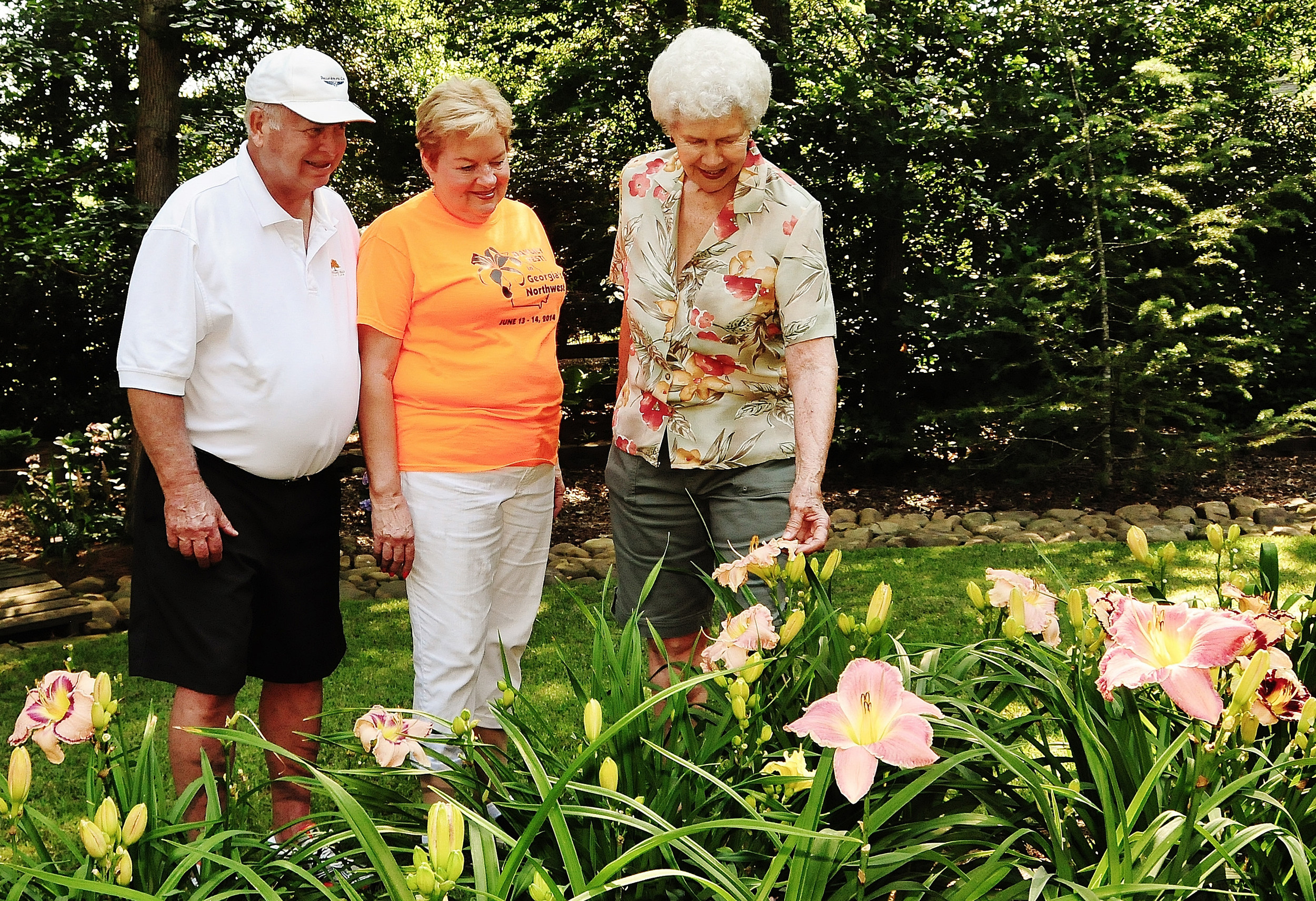 David Anderson and Kay Read admire the daylilies of Venia Etta McJunkin, right, during a previous Northwest Georgia Daylily Society tour.