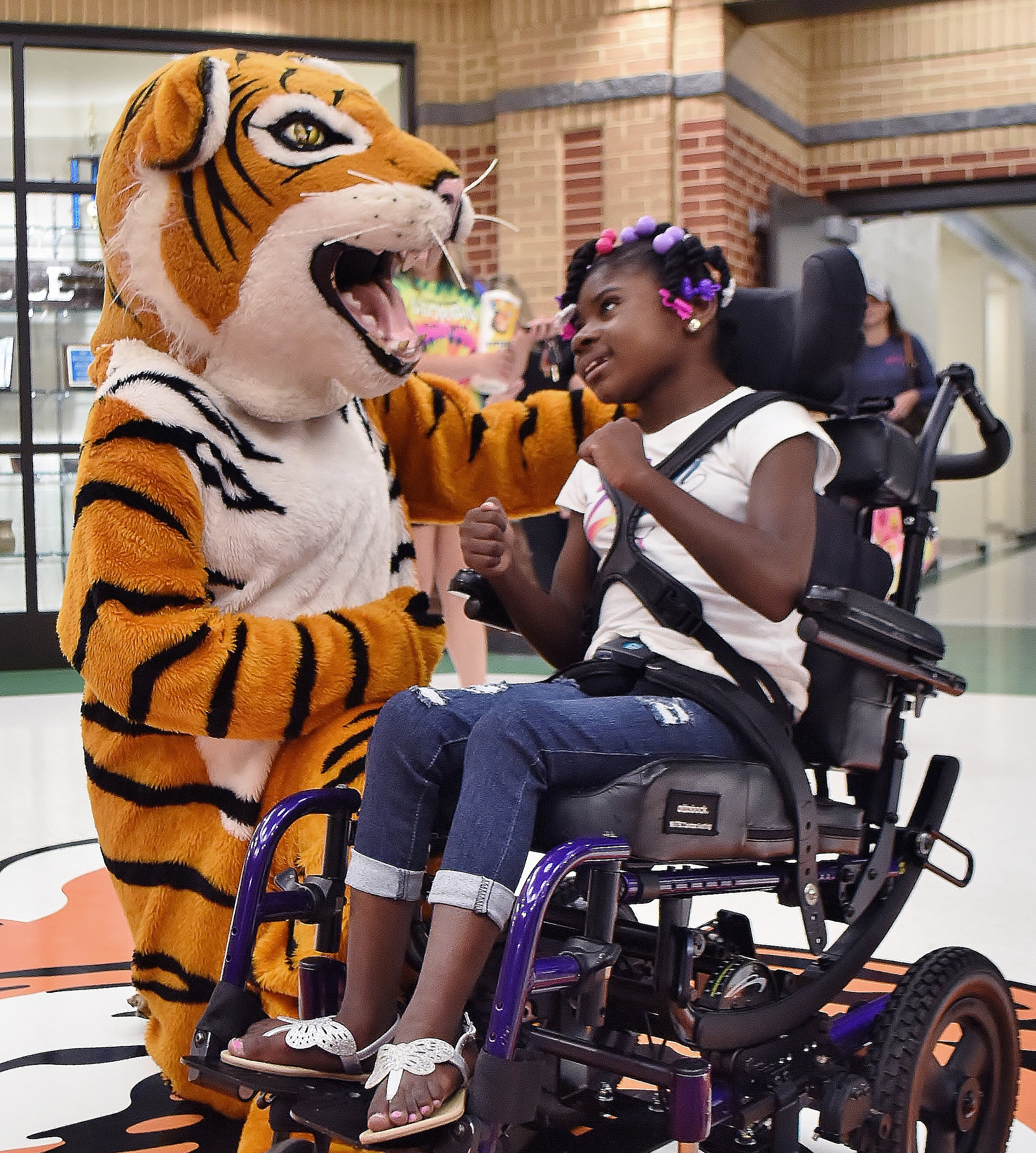 RANDY PARKER/THE DAILY TRIBUNE NEWS The Adairsville Elementary School tiger mascot greets Jazzy Watkins on her first day of school last week.