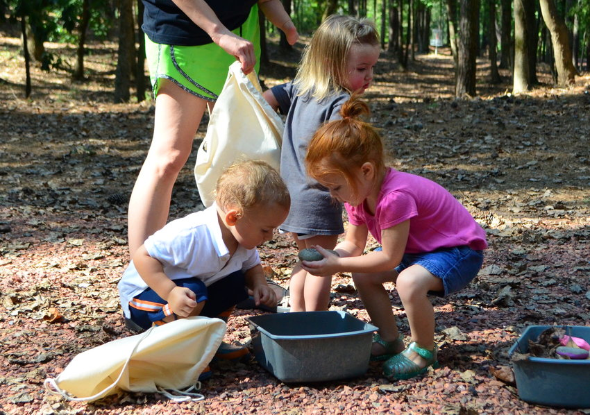 Tinkergarten is designed for children to learn outdoors through a variety of sensory activities. Last Tuesday, children were busy exploring at Jasper's Eagles Point Park.