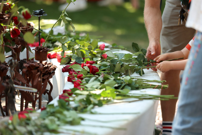 Oslo 20210722..People lay roses at the July 22 memorial outside Oslo Cathedral, 10 years after the terrorist attack on July 22, 2011..Photo: Beate Oma Dahle / NTB