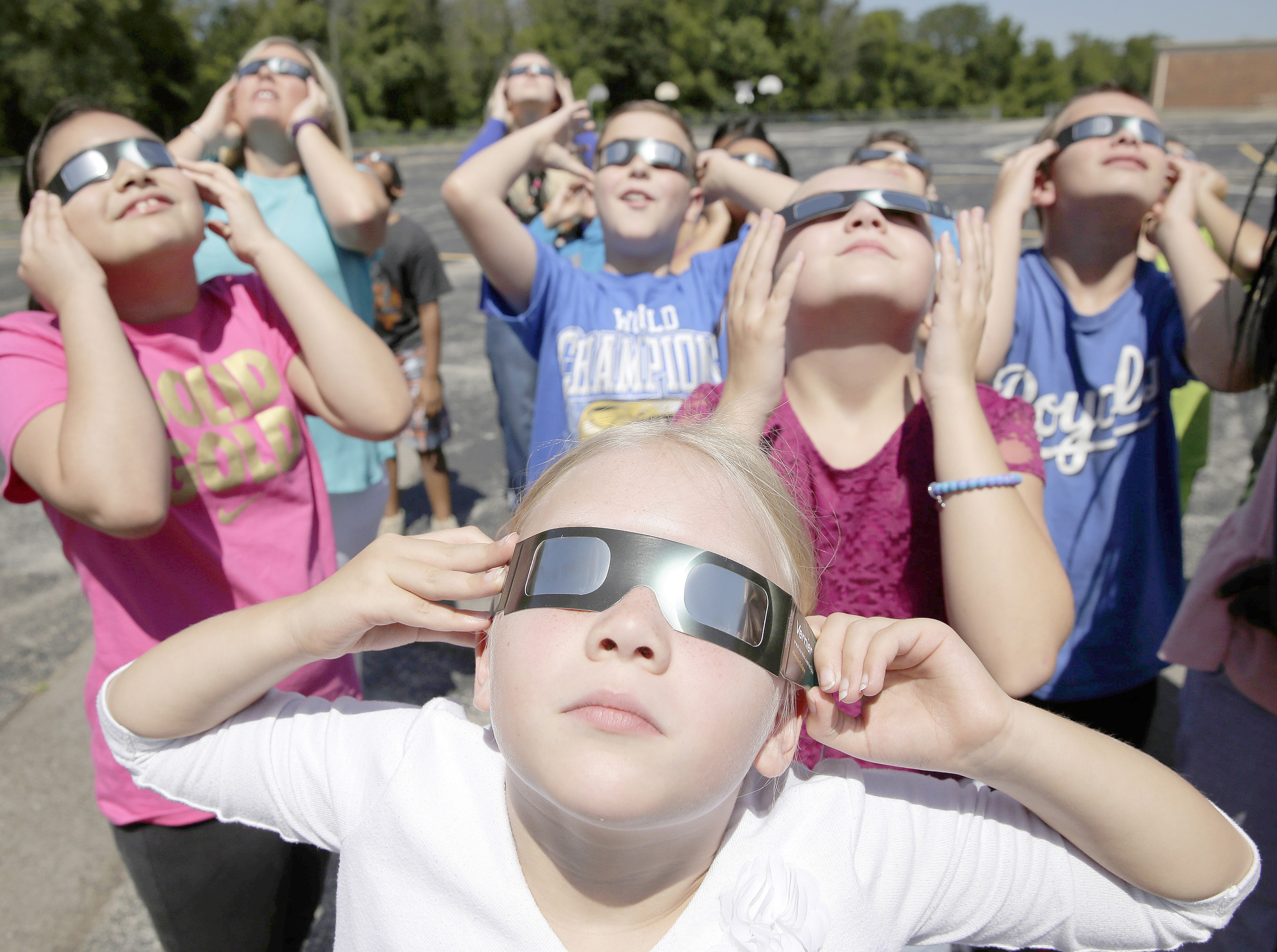 Hundreds line up to get glasses, watch eclipse at library