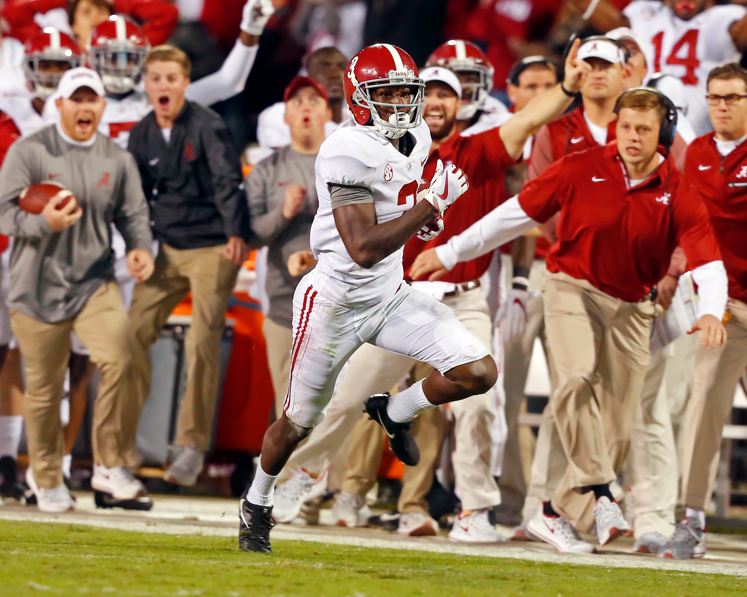 Alabama's Calvin Ridley (3) makes a big gain after catching a pass from Jalen Hurts in the fourth quarter on Saturday. The Tide beat Mississippi State 31-24 in Starkville, Miss.