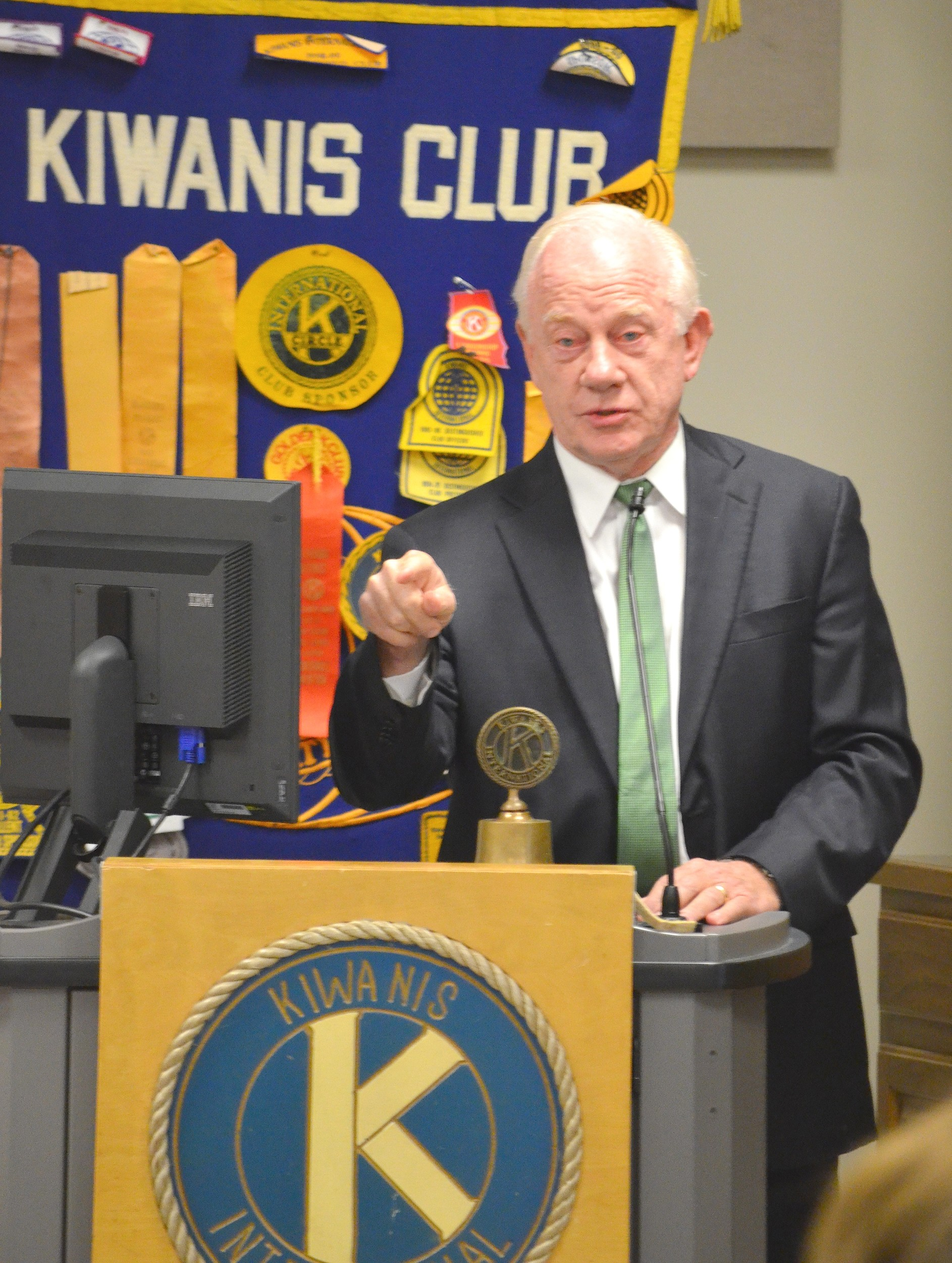 Former football coach Jack Crowe speaks to the Jasper Kiwanis Club on Monday.
