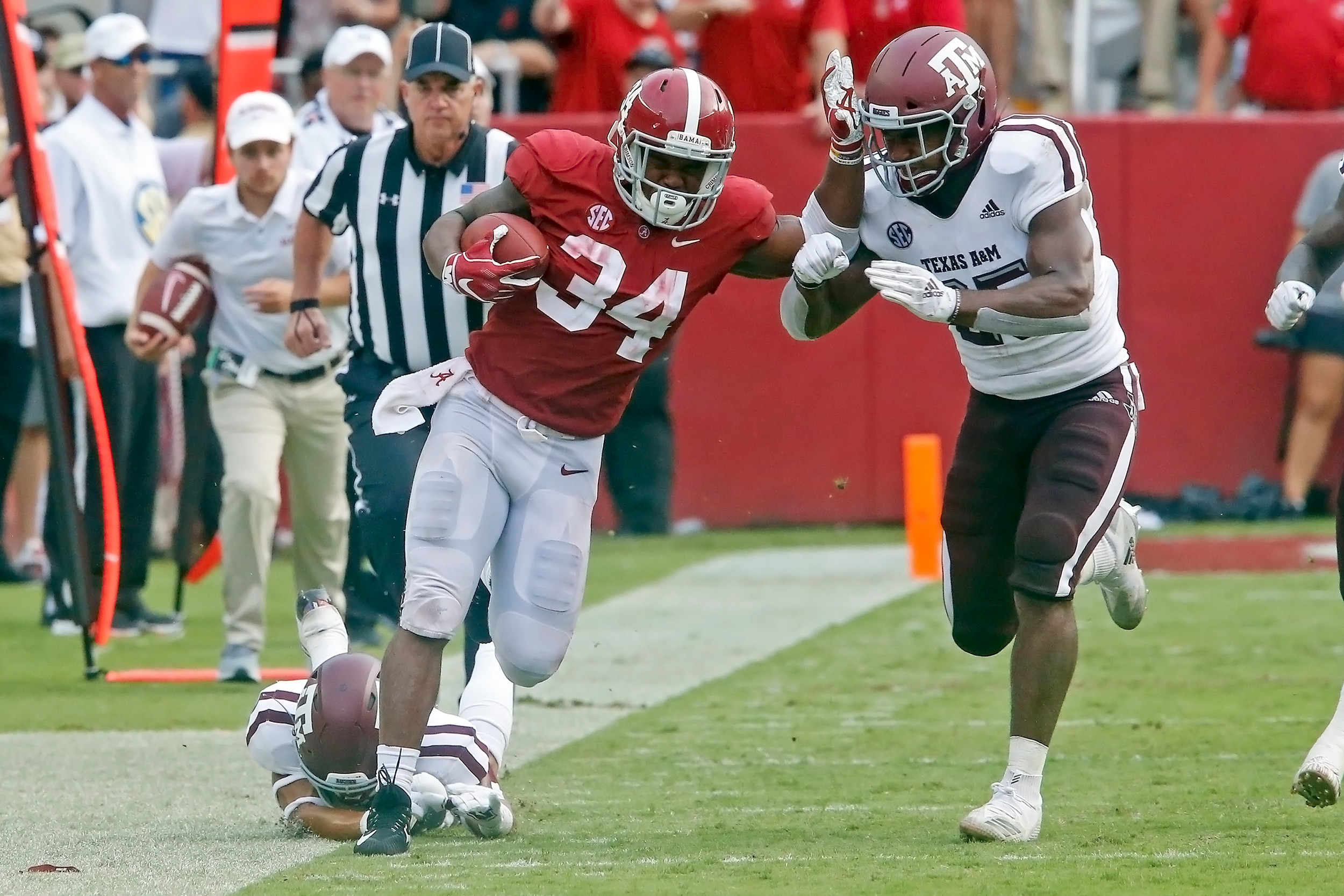 Alabama Crimson Tide running back Damien Harris (34) rushes up the sideline after a swing pass during the game with against the Texas A&M Aggies at Bryant-Denny Stadium.  Jason Clark / Daily Mountain Eagle
