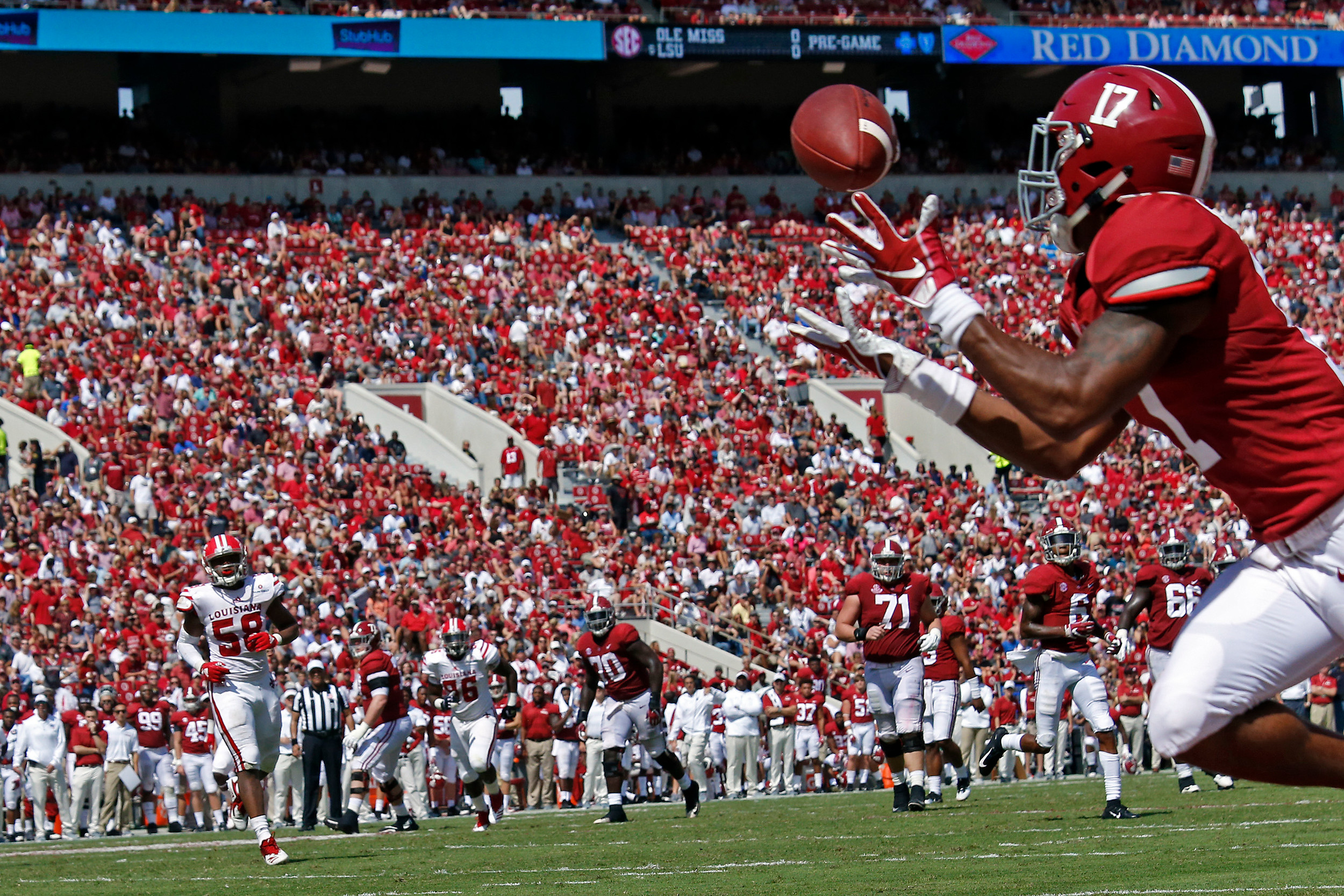 Alabama Crimson Tide wide receiver Jaylen Waddle (17) pulls in a pass for a touchdown at Bryant-Denny Stadium in Tuscaloosa, Al on September 29, 2018. Jason Clark / Daily Mountain Eagle