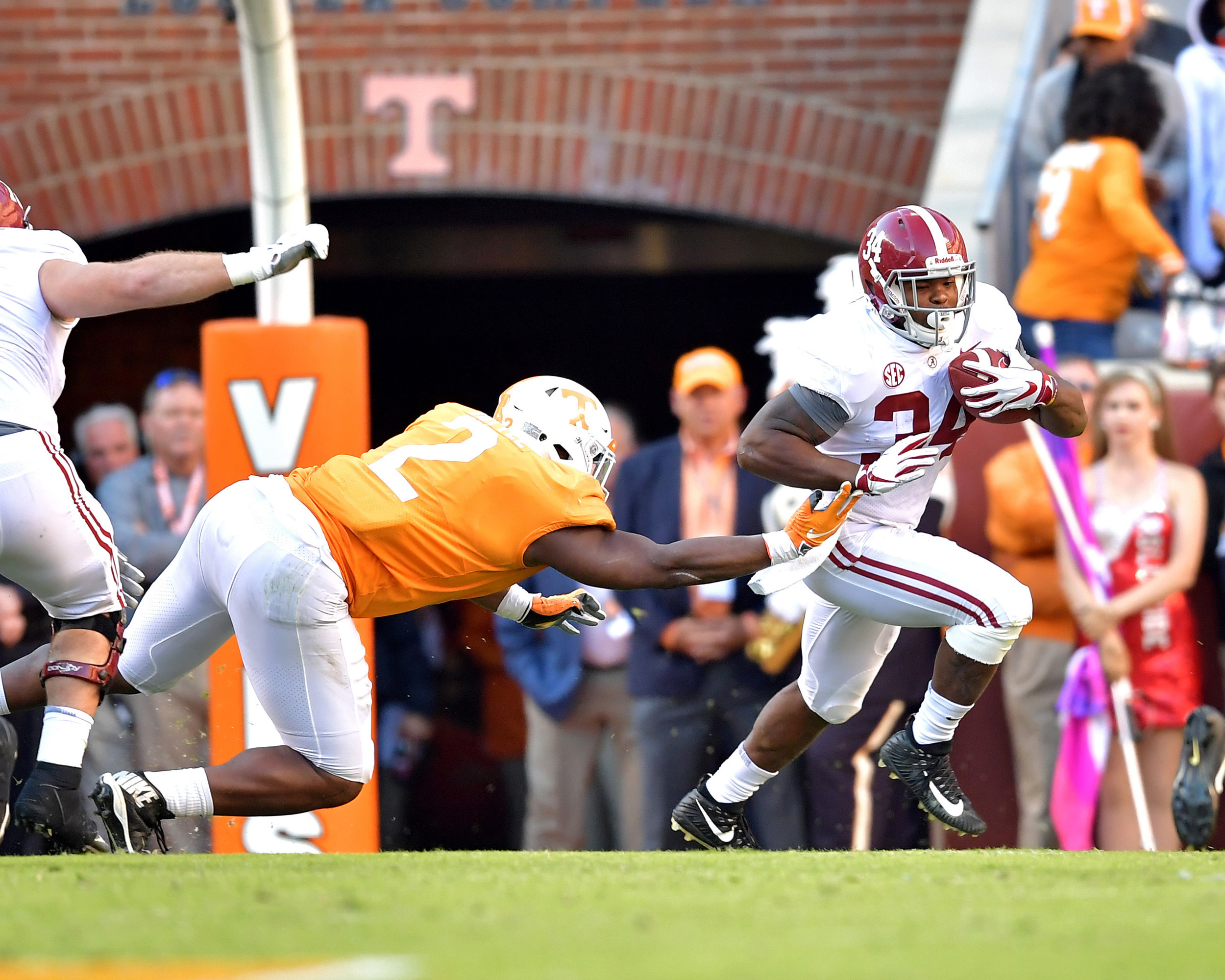 Alabama Crimson Tide running back Damien Harris (34) takes the handoff during the first hake half of the Alabama at Tennessee NCAA football game on Saturday, Oct. 20, 2018, at Neyland Stadium in Knoxville. Tenn. Alabama wins 58-21. (Photo by Lee Walls)