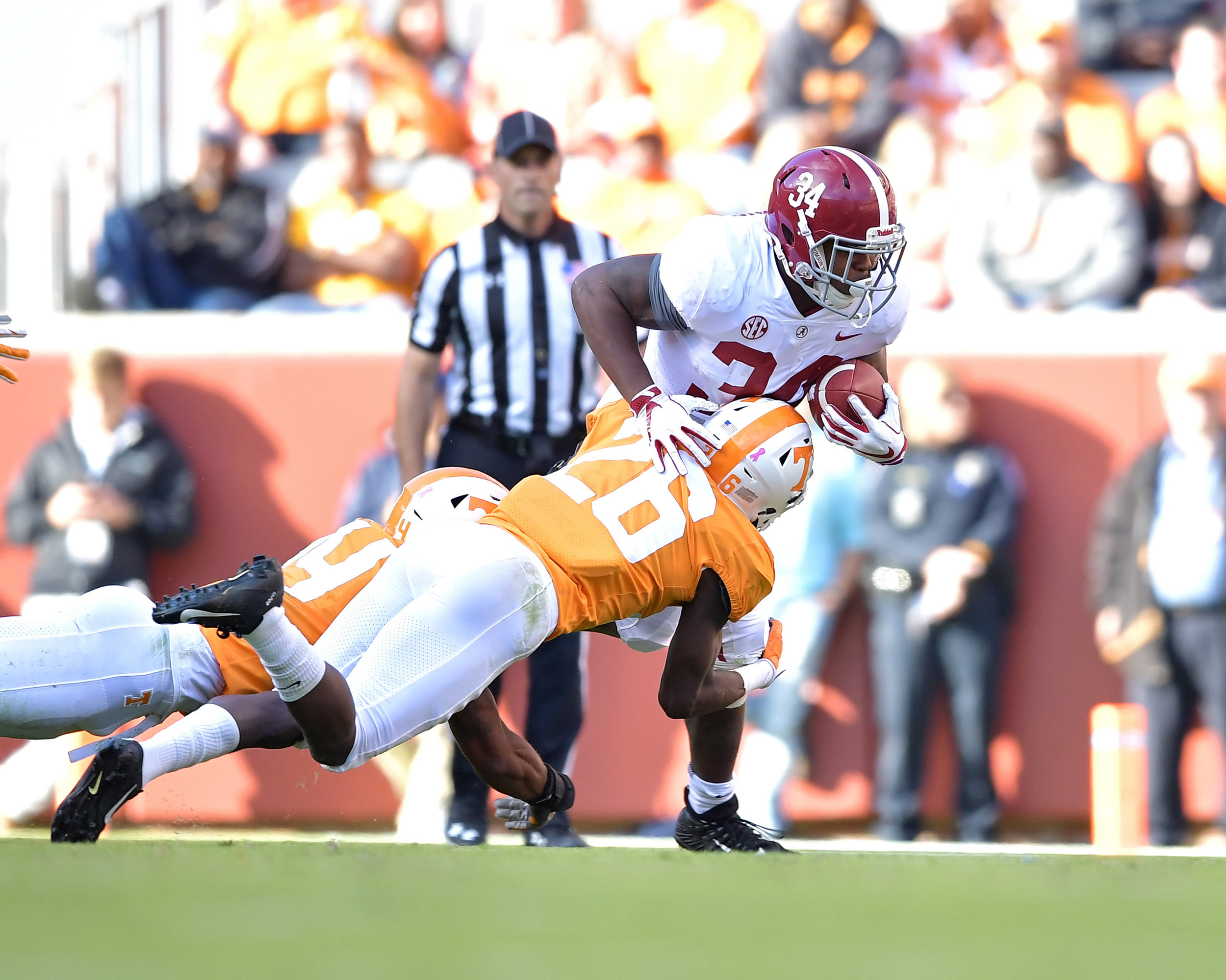 Alabama Crimson Tide running back Damien Harris (34) on a run in the first half of the Alabama at Tennessee NCAA football game on Saturday, Oct. 20, 2018, at Neyland Stadium in Knoxville. Tenn. Alabama wins 58-21. (Photo by Lee Walls)