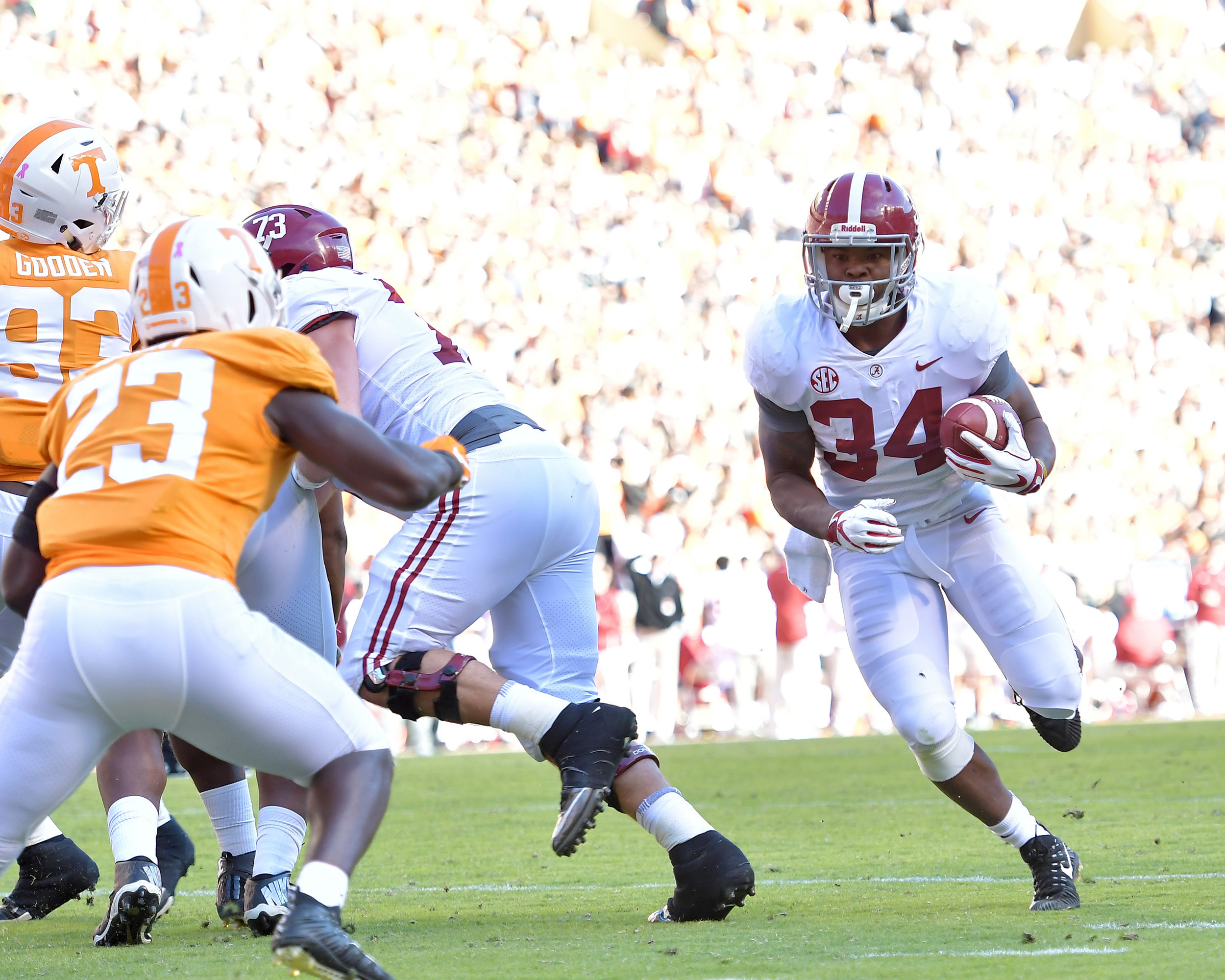 Alabama Crimson Tide running back Damien Harris (34) sweeps around the end on his way to a touchdown during the first quarter of the Alabama at Tennessee NCAA football game on Saturday, Oct. 20, 2018, at Neyland Stadium in Knoxville. Tenn. Alabama wins 58-21. (Photo by Lee Walls)