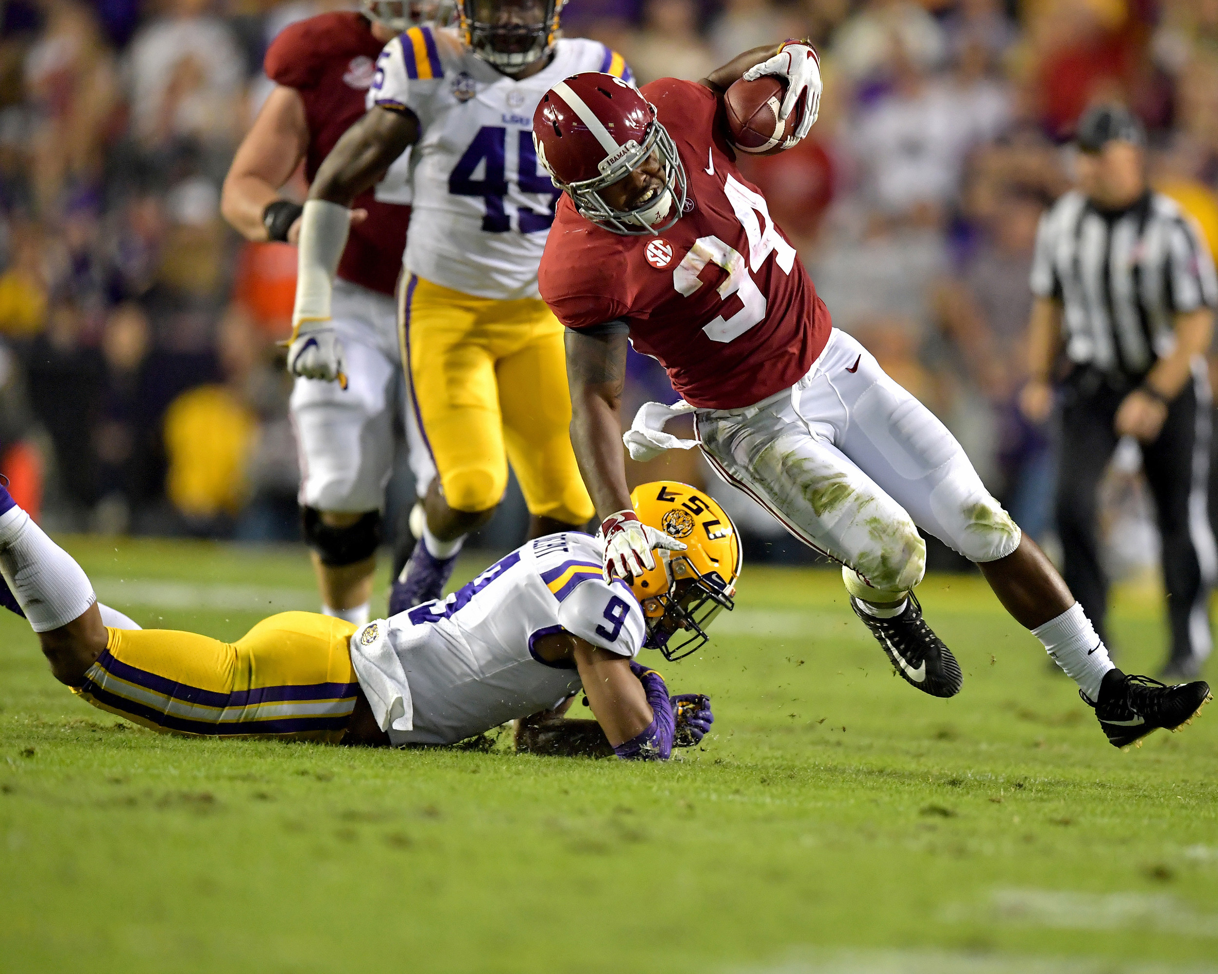 Alabama Crimson Tide running back Damien Harris (34) on a carry in the first quarter of an NCAA football game against the LSU Tigers Saturday, November 3, 2018, at Tiger Stadium in Baton Rouge, La.  Alabama wins 29-0. (Photo by Lee Walls)