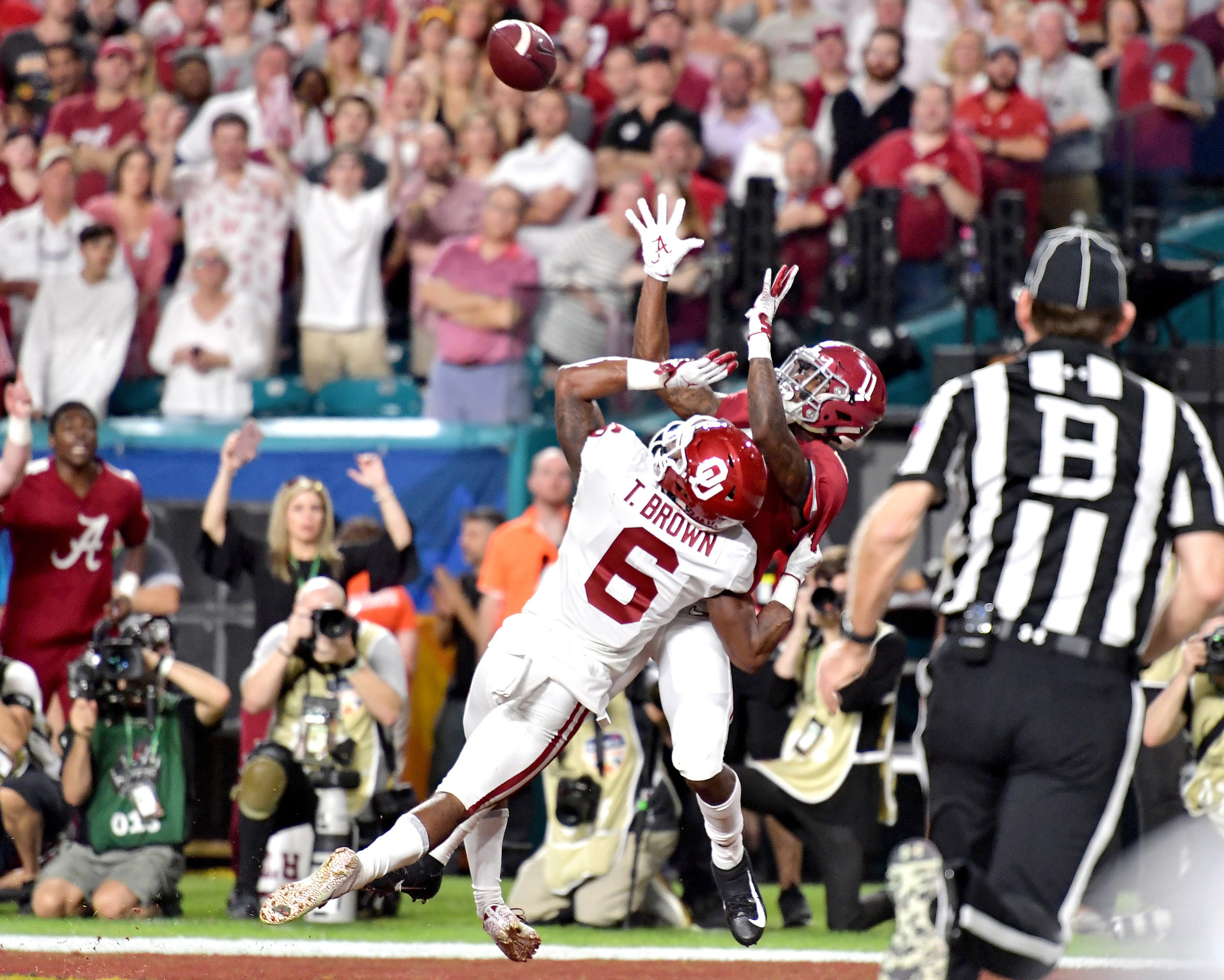 Alabama Crimson Tide wide receiver Henry Ruggs III (11) with a touchdown catch in the first half of the Capital One Orange Bowl, featuring Alabama and the Oklahoma Sooners, at Hard Rock Stadium in Miami Gardens, Fla., Saturday, Dec. 29, 2018. Alabama wins 45-34. (Photo by Lee Walls)