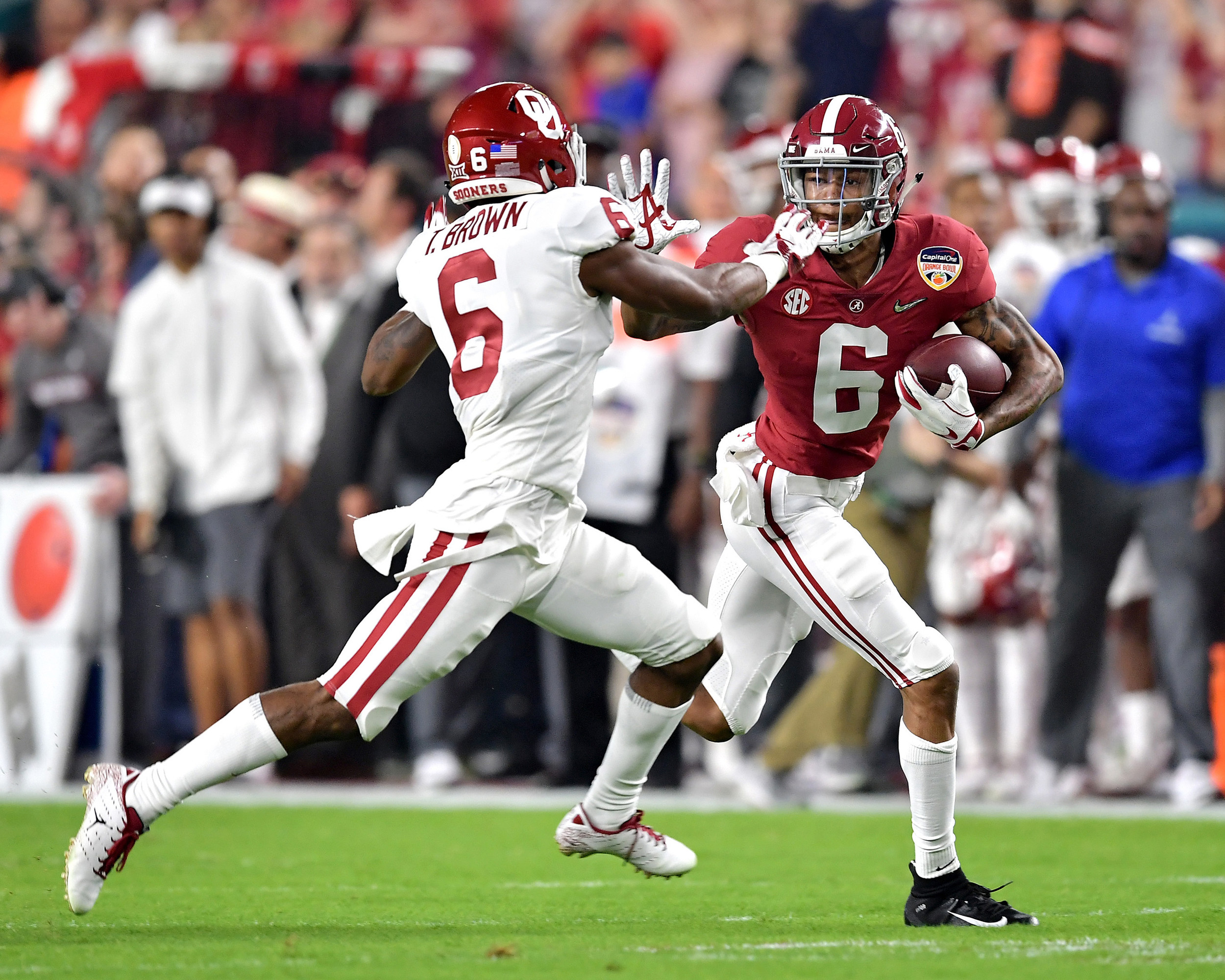 An early possession and first down for Alabama Crimson Tide wide receiver DeVonta Smith (6) during the first quarter of the Capital One Orange Bowl, featuring Alabama and the Oklahoma Sooners, at Hard Rock Stadium in Miami Gardens, Fla., Saturday, Dec. 29, 2018. Alabama wins 45-34. (Photo by Lee Walls)