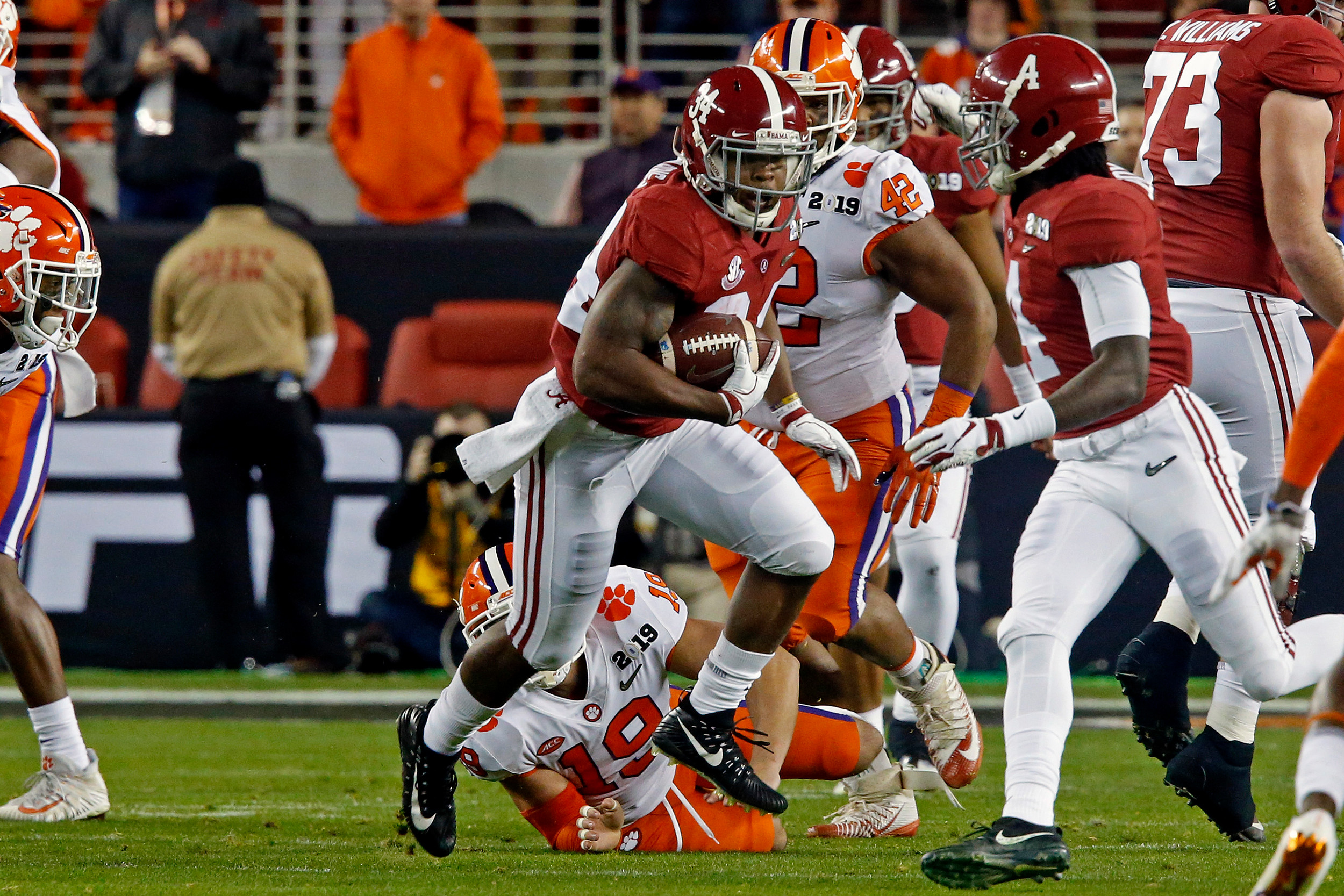 Alabama running back Damien Harris (34) rushes during the NCAA college football national championship game between Clemson University and the University of Alabama in Santa Clara, CA. Credit: Jason Clark / Daily Mountain Eagle