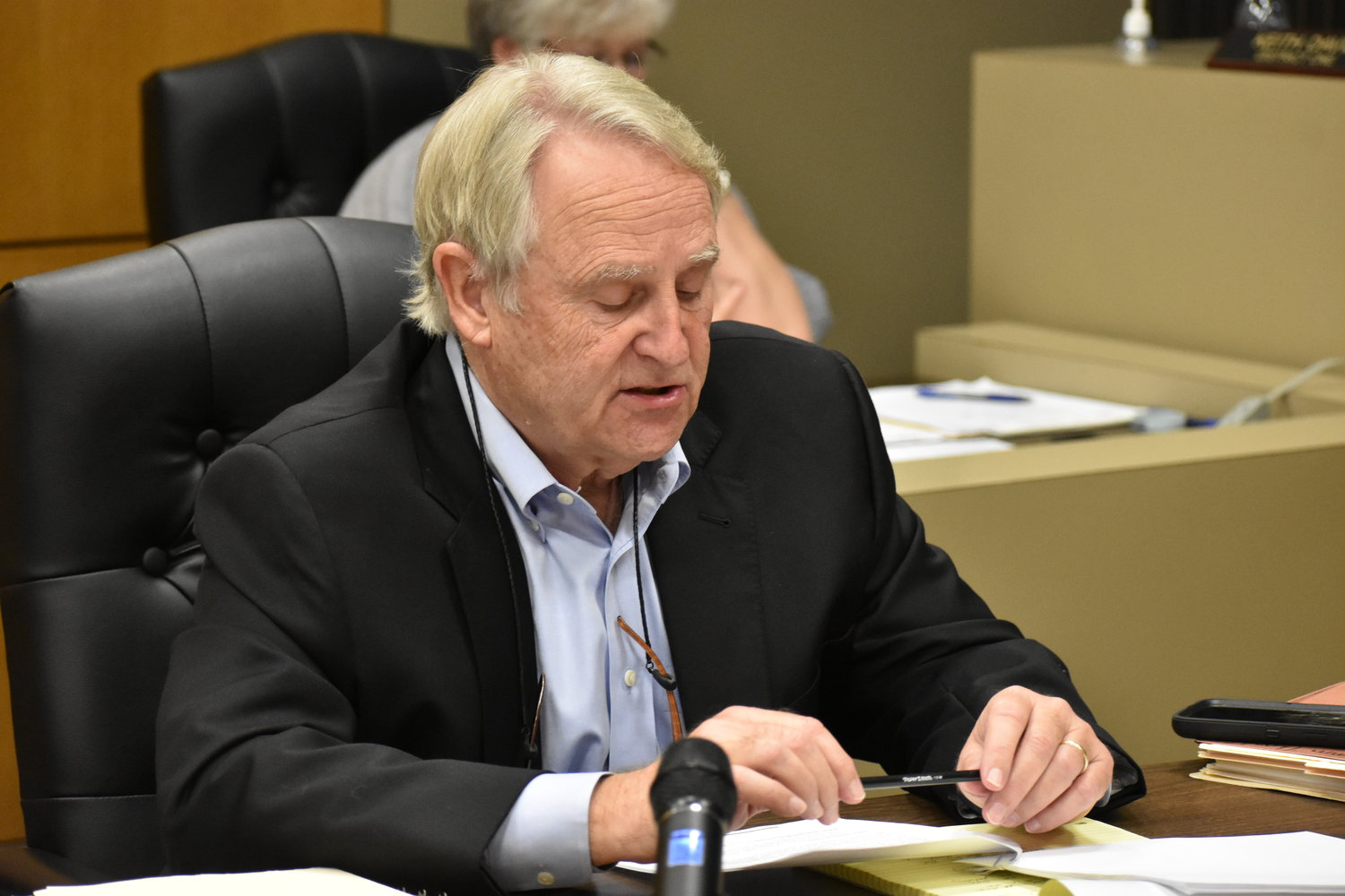 Eddie Jackson, the county attorney for the Walker County Commission, reads a letter at Monday''s meeting detailing how Republic Services will close the Pineview Landfill in 2025.