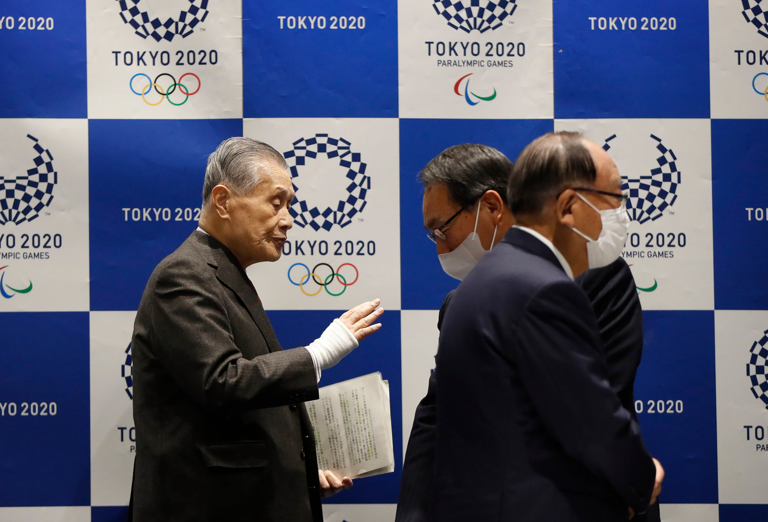 Yoshiro Mori, President of the Tokyo 2020 Olympic Games Organising Committee, talks with other board members wearing protective face masks  following an outbreak of the coronavirus disease (COVID-19), upon his arrival at Tokyo 2020 Executive Board Meeting in Tokyo, Japan March 30, 2020.  REUTERS/Issei Kato/Pool
