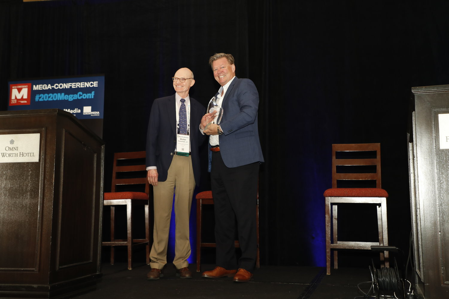 Dave Kennedy, of the Honolulu Star-Advertiser, presents Walter E. Hussman Jr., of the Arkansas Democrat-Gazette, with the 2020 Mega-Innovation Award. (Photo by Bob Booth)