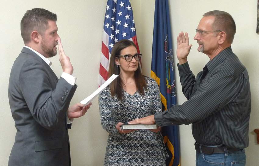 Richard Kluskiewicz, right, takes the oath of office from Mayor James H. Curry III as Middletown Council President Angela Lloyd observes, after council voted 4-2 to appoint Kluskiewicz to the council seat vacated by Michael Woodworth on Oct. 15.