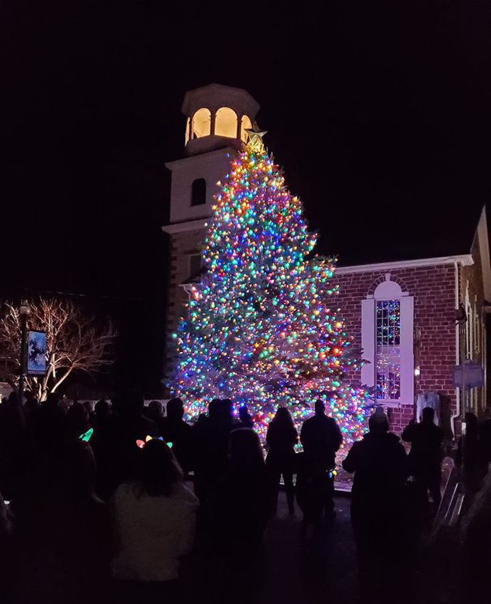 A crowd gathers to watch the Middletown Christmas tree be illuminated on Saturday night, Nov. 30, at St. Peter's Kierch.