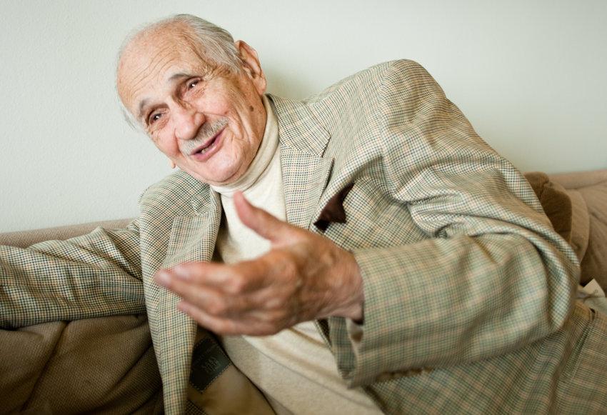 Ed Silverman, an award-winning journalist, speaks in his apartment in 2010. The Emmy-winning sports broadcaster died on Jan. 5. He was 94.