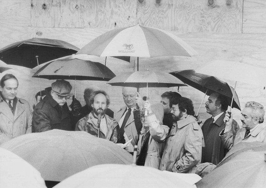 Surrounded by dignitaries, including Mayor Ed Koch, Riverdale Press editor Buddy Stein leads a rally in front of the burnt-out newspaper office at 6155 Broadway on March 5, 1989 — a rally organized by Rabbi Avi Weiss and others.