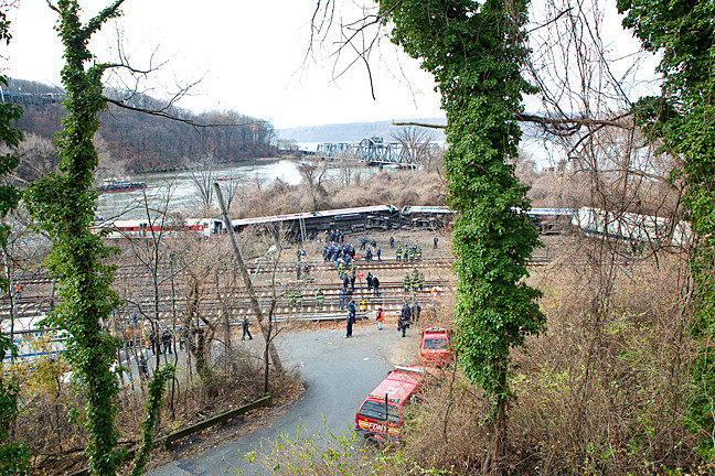 An overview of the site shows four train cars derailed.