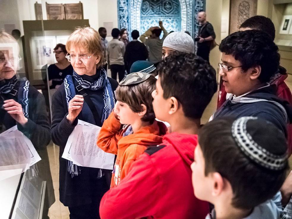 Ann Barandes, gallery educator from the Museum of Jewish Heritage, guides a group of students from Kinneret Day School and the Islamic Leadership Academy, during a visit to the Metropolitan Museum of Art on Feb. 6.
