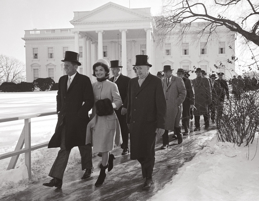 The incoming first lady and soon-to-be sworn-in president John Kennedy head to the inauguration ceremony on 