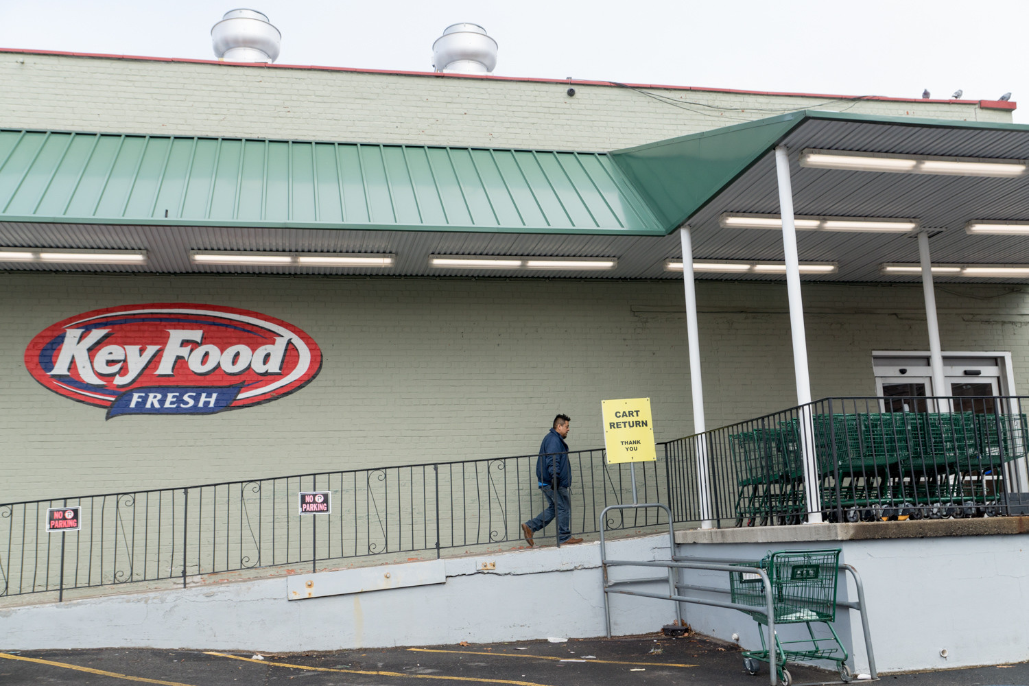 The Key Food supermarket at 540 W. 235th St. does not have security cameras inside to catch alleged pickpockets, said Richard Grobman, the president of the franchise that owns the grocery store. But there are cameras outside at the front and the back of the store.