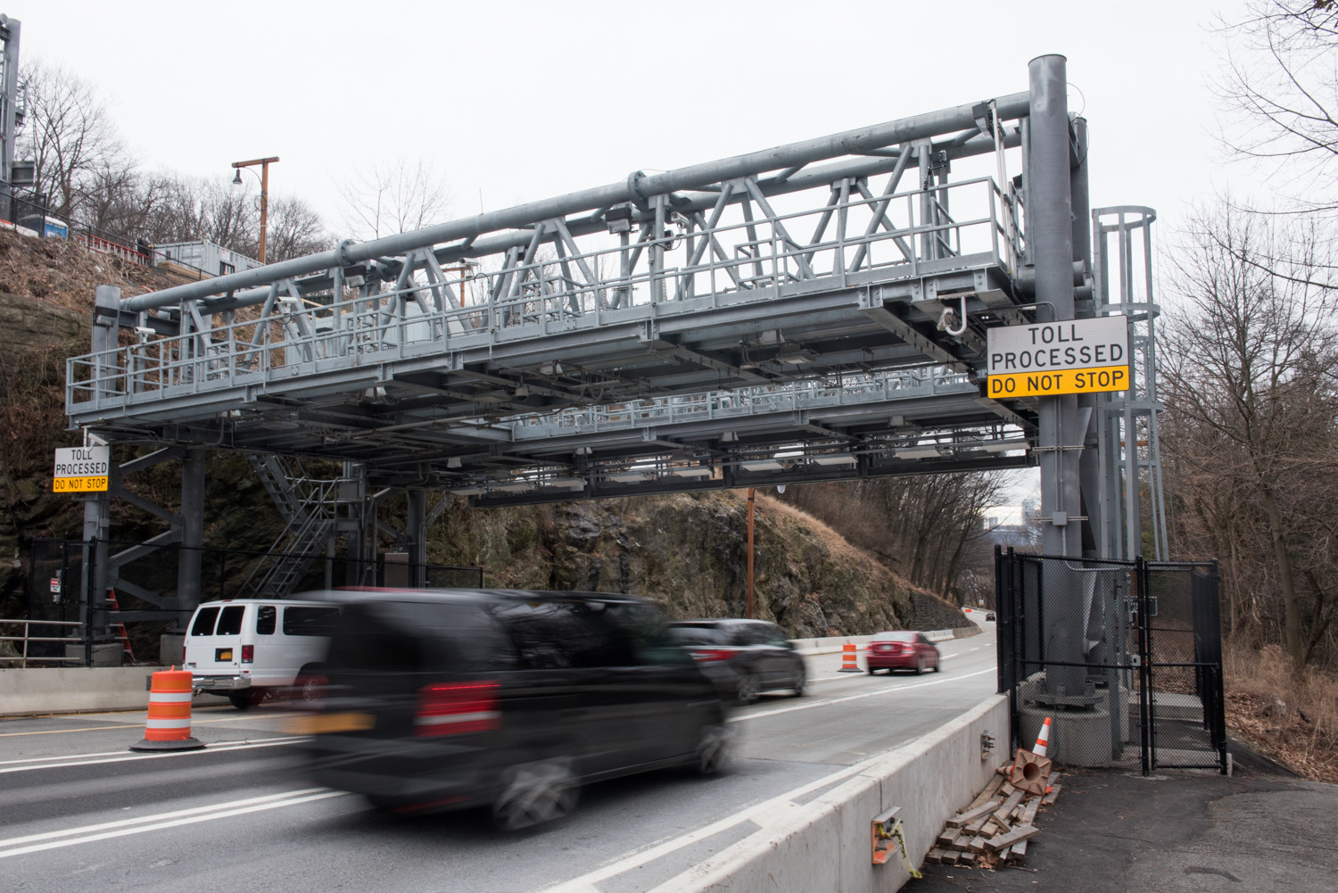 Drivers pass under the cashless tolling structure on the southbound level of the Henry Hudson Bridge. Recently, drivers have complained about receiving excessive penalties for toll violations. If a driver passes under the gantry with insufficient funds in their E-ZPass account, they risk getting hit with a violation fee of $50 or $100, depending on the bridge or tunnel.