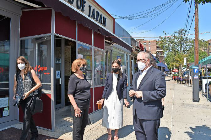 City comptroller Scott Stringer, the latest to throw his hat into the New York City mayoral race, joins state Sen. Alessandra Biaggi, center, talking to shoppers along Johnson Avenue on Sept. 8.