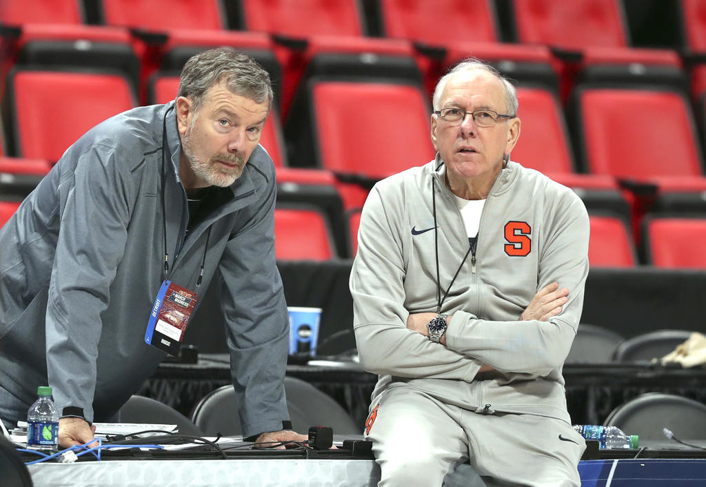 OLD PALS — Former basketball coach P.J. Carlesimo. left, talks with Syracuse head coach Jim Boeheim during a practice session on Thursday in Detroit for tonight's NCAA Tournament Midwest Regional firsts-round game against TCU.  (AP Photo)