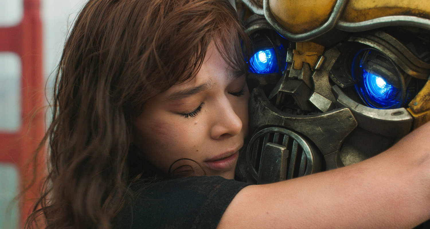 "A GIRL AND HER TRANSFORMER — Hailee Steinfeld,  as Charlie, and Bumblebee, the Transformer, are shown in a scene from ""Bumblebee."""