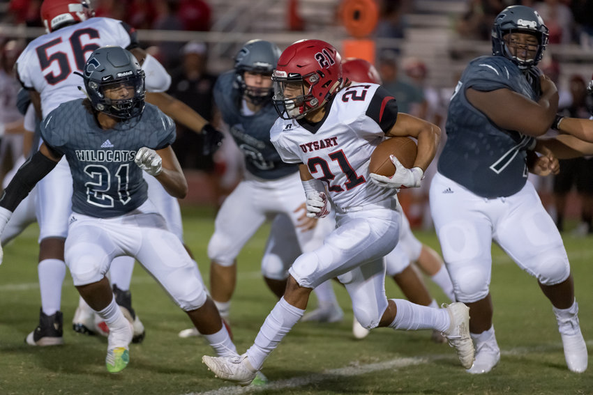 Willow Canyon junior linebacker Marquis Kelly (#21) tracks Dysart junior tailback Bobby Gardea while sophomore defensive tackle Josiah Gardner during an Aug. 30, 2019 game at Willow Canyon.